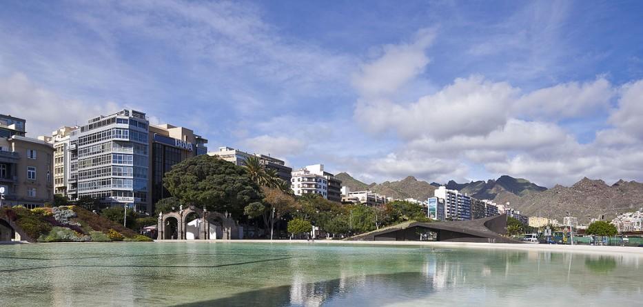 1200px-Plaza_de_España_Santa_Cruz_de_Tenerife_España_2012-12-15_DD_01