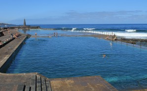 Piscinas naturales y playa junto a un Atlántico rugiente y…