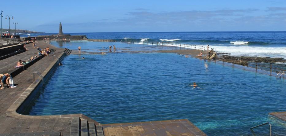 Piscinas naturales y playa junto a un atl ntico rugiente y for Piscina ciudad universitaria
